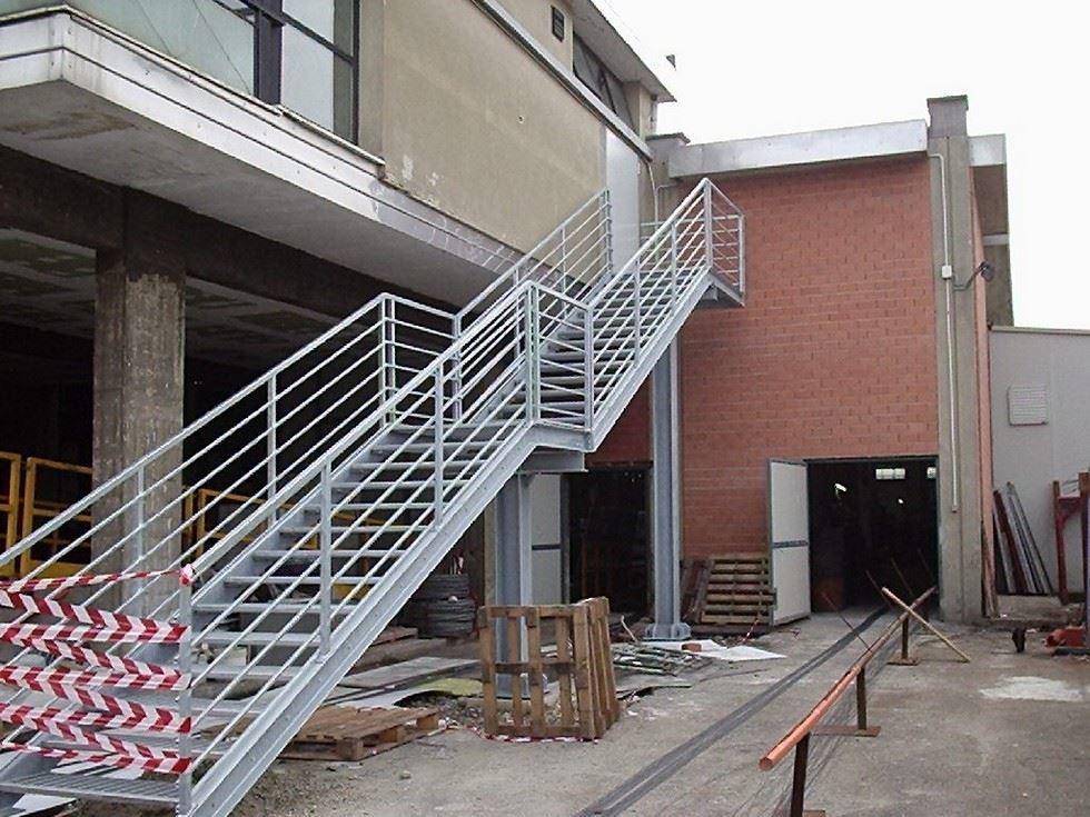 Realizzazione scale di sicurezza e passerelle ad alessandria - Scale in ferro per esterno ...